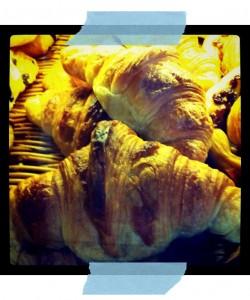 Londji comiendo croissants